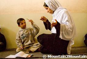 Un enfant afghan sourd apprend le langage des signes