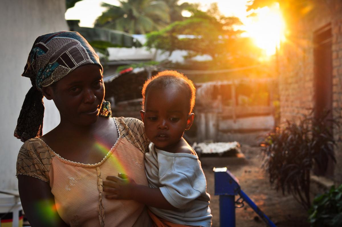 Une jeune mère avec son bébé en Tanzanie