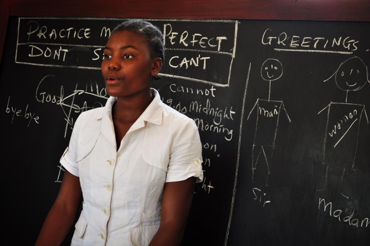 Une jeune mère à l'école en Tanzanie