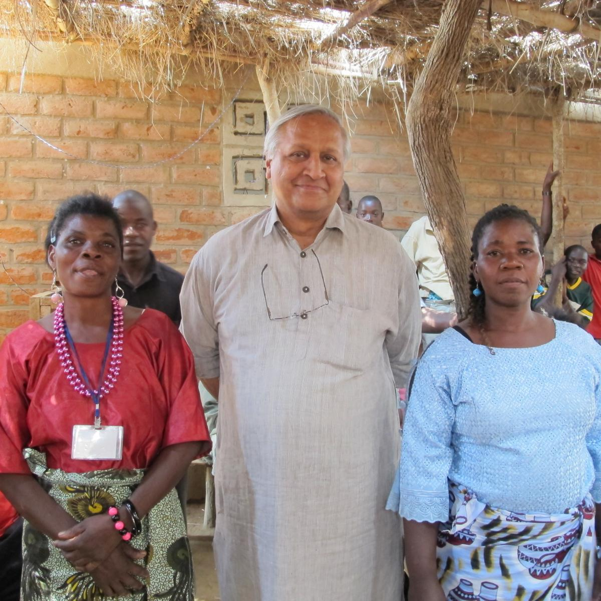 Bunker Roy of Barefoot College stands with two African rural women