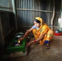 Un femme cuisine au biogaz au Bangladesh