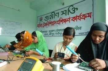 Des jeunes femmes en formation électrique au Bangladesh