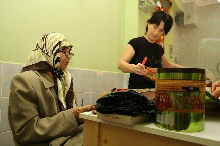 Turkish women work in çöp(m)adam's workshop