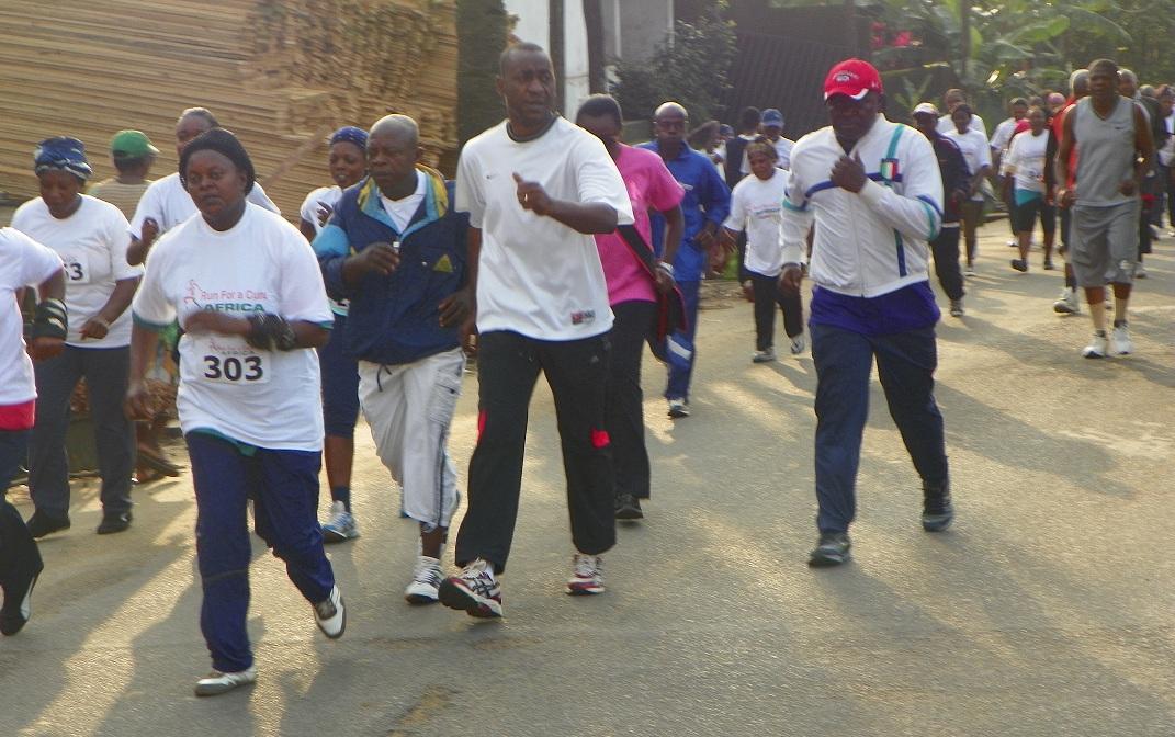 Les hommes courent pour la sensibilisation au cancer du sein au Cameroun